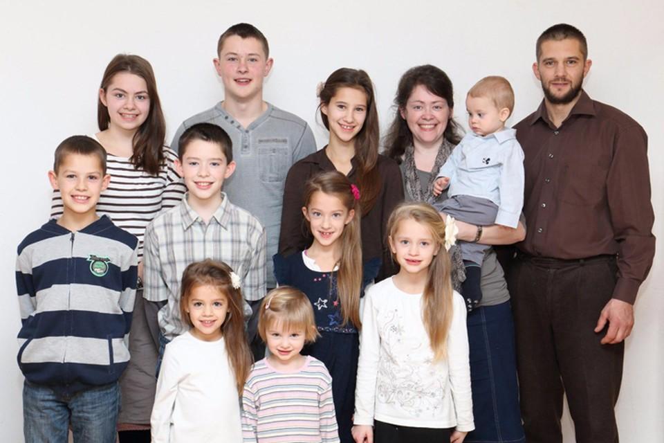 Мартенсы и их 10 детей. Многодетное семейство надеется получить российское гражданство и стать образцовыми фермерами. Фото: предоставлено газетой Кыштовского района «Правда Севера»