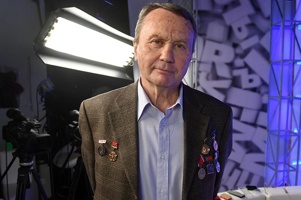 Леонида Репина «в приказном порядке» заставили принести в редакцию свои многочисленные награды, а некоторые даже привинтить и прицепить к пиджаку!