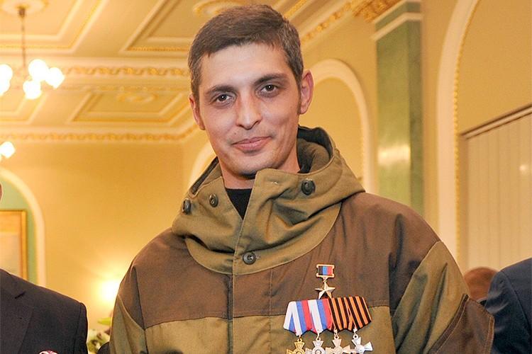 """Ополченец """"Гиви"""" со звездой Героя ДНР в мае 2015 года."""
