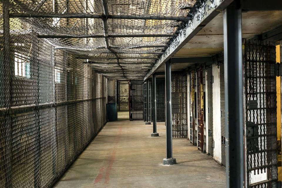 Когда заключенного приговорили к казни, его берут под усиленную охрану. Фото: pixabay.com