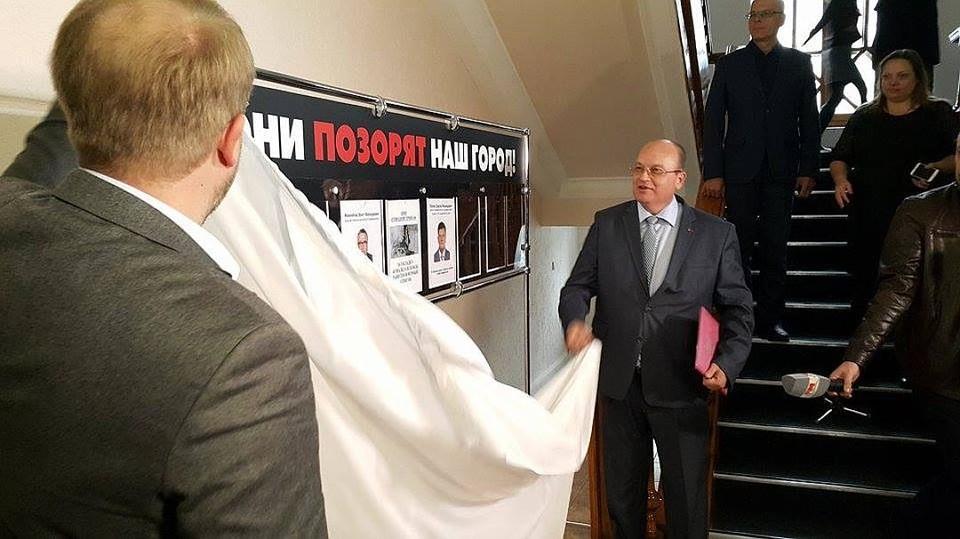Этот стенд власти открыли в середине ноября 2016 года по поручению Главы Крыма Сергея Аксенова.