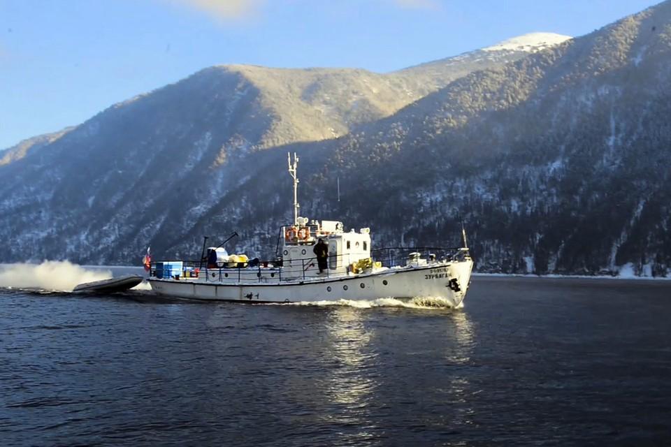 Глубоководный аппарат FALKON доставили к месту поисковых работ на барже
