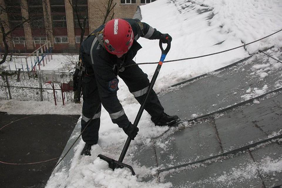 Тольяттинские крыши чистят от снега и сосулек.