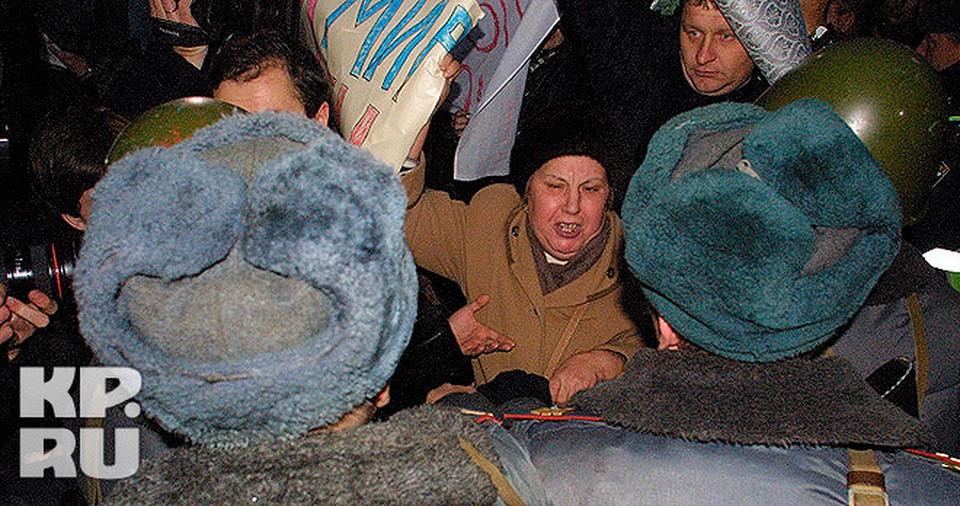 Митинг у Театрального центра на Дубровке накануне спецоперации по освобождению заложников.