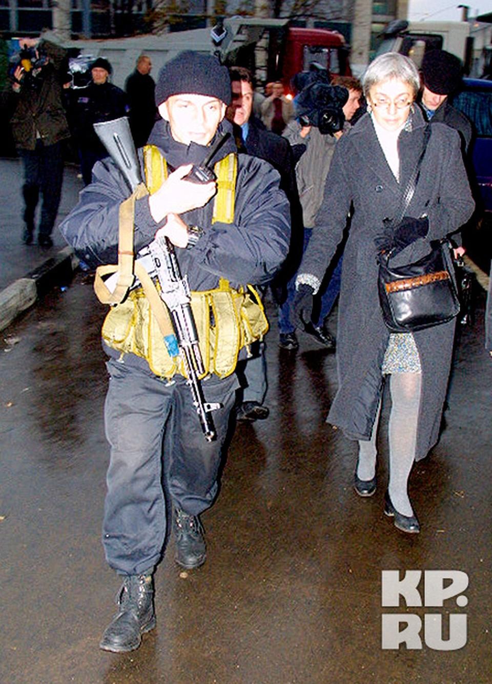 В переговорах с чеченскими террористами участвовала и Анна Политковская. Она носила заложникам воду.