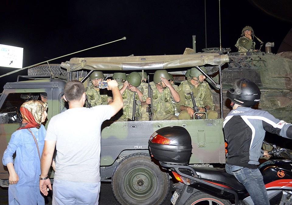 Военные покидают окрестности аэропорта Ататюрк.