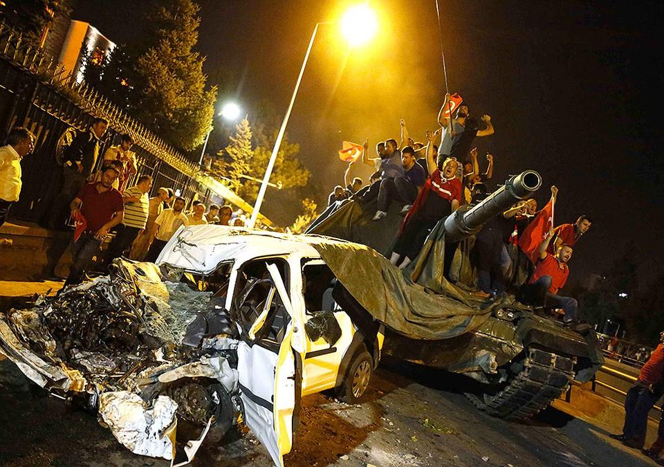 Жители Анкары заблокировали движение танка.