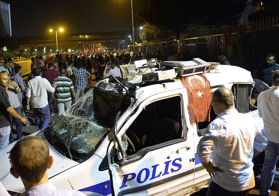 Разбитый полицейский автомобиль возле военных казарм в Анкаре.