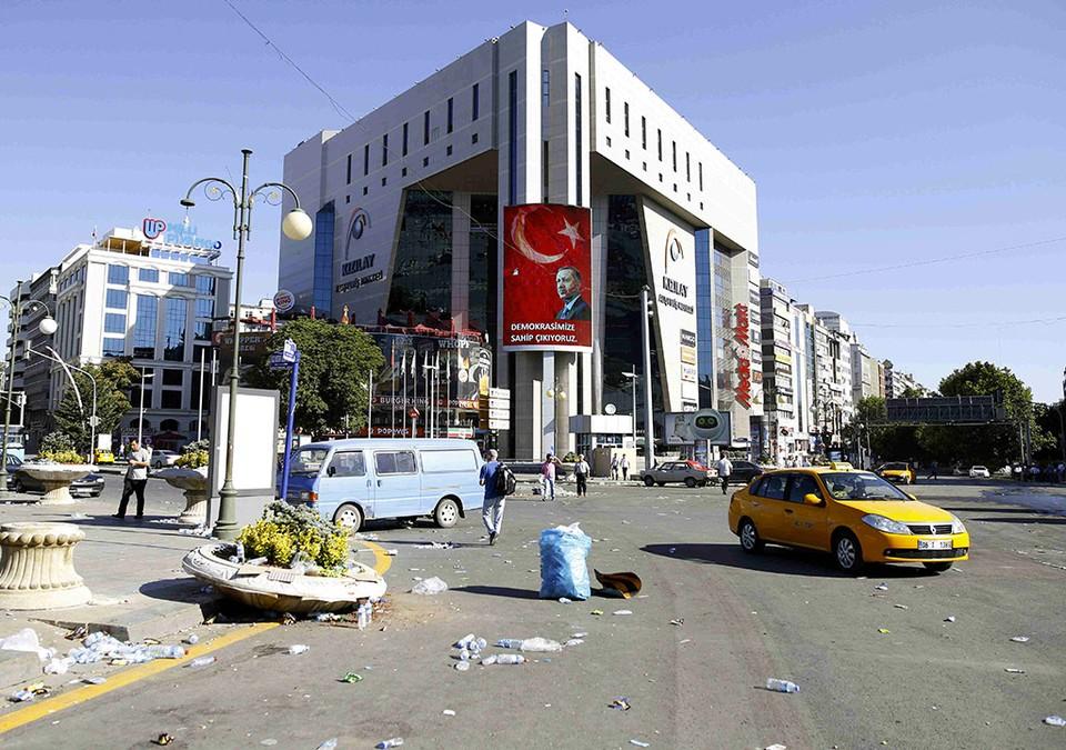 Одна из площадей Анкары со следами ночного боя.