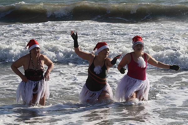 Картинки по запросу В Евпатории устроили рождественский заплыв «моржей»