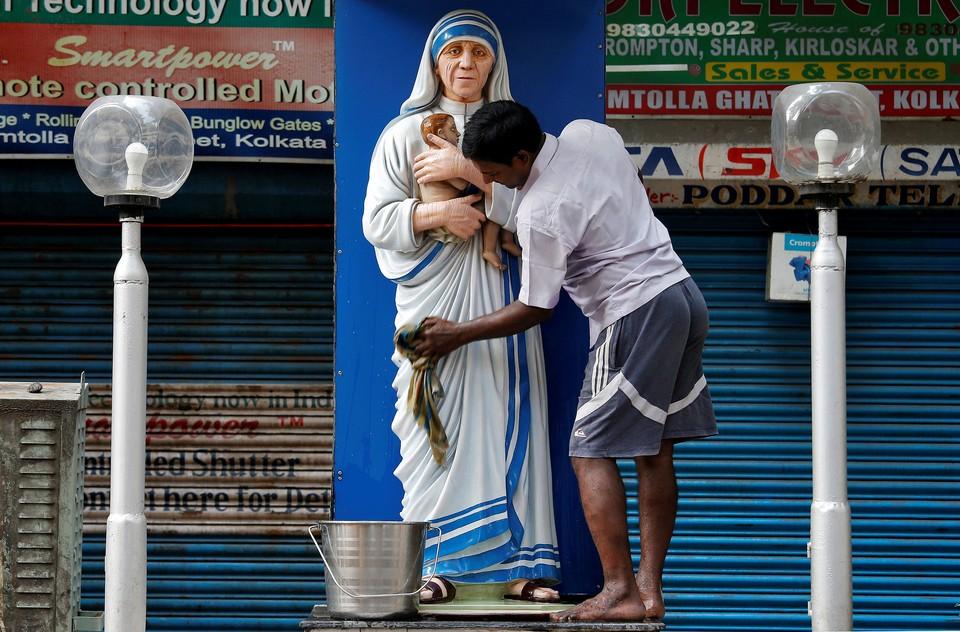 Статую Матери Терезы в Калькутте привели в порядок навстречу годовщине со дня смерти католической святой.