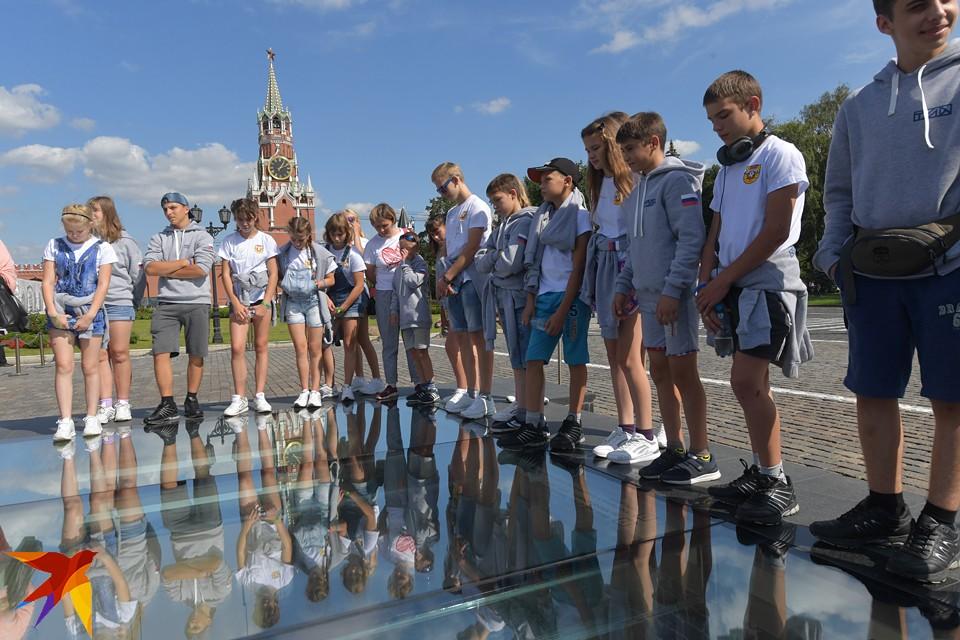 Школьники из пострадавшего от наводнения Тулуна, побывали на экскурсии в Кремле