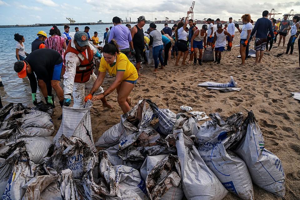 Более 500 тонн нефти и загрязненного песка собрали волонтеры на пляжах северо-восточного региона Бразилии за последние три дня