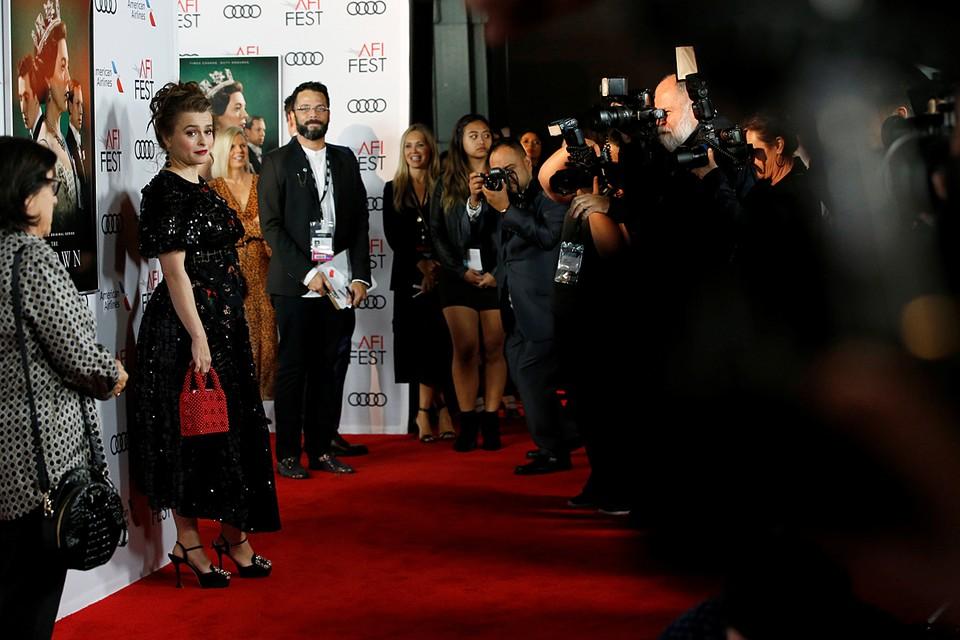 В Голливуде прошла премьера третьего сезона исторической драмы «Корона». На красной дорожке блистала исполнительница одной из главных ролей Хелена Бонем Картер
