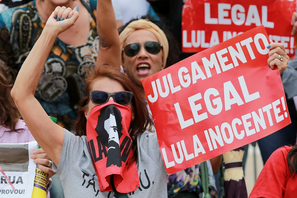Сторонники экс-президента Бразилии Луиса да Силвы вышли на митинг протеста после приговора суда, отправившего политика за решетку на 17 лет.
