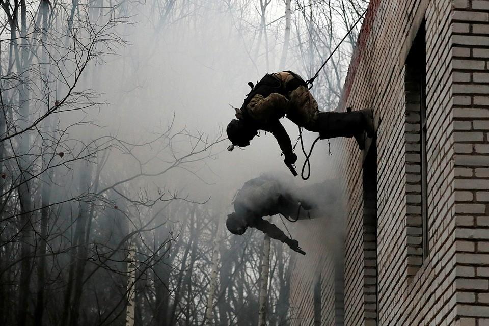 Под Москвой проходят учения спецназа столичного управления МВД. По сценарию, в заброшенном здании укрылись наркоторговцы, которые оказали вооруженное сопротивление