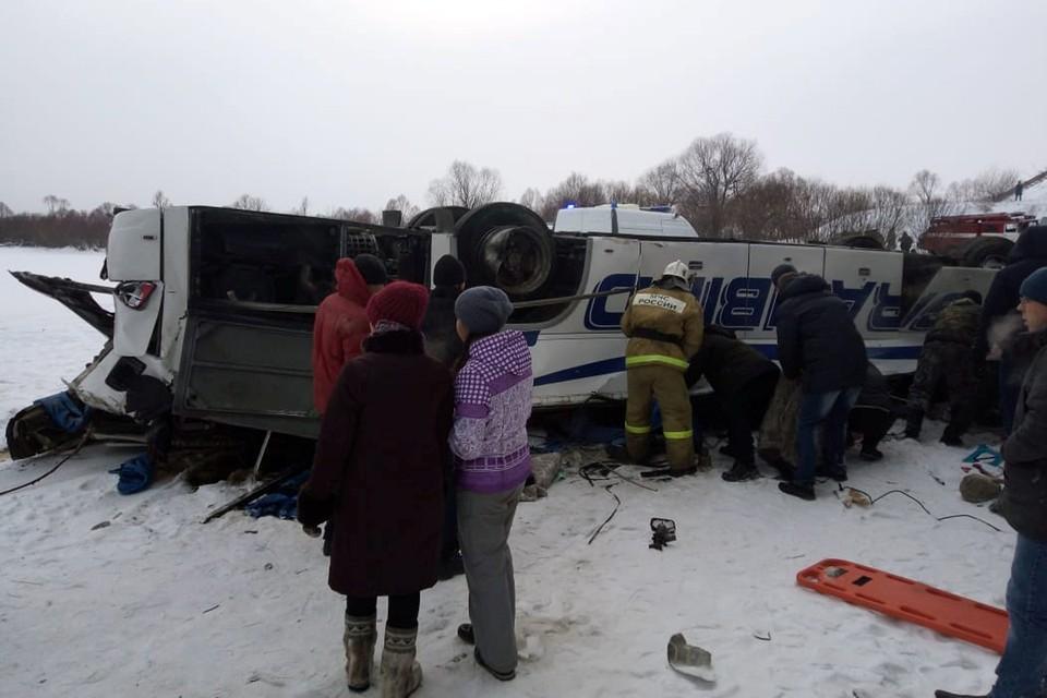 В результате крушения автобуса в Сретенском районе Забайкальского края погибли 19 человек, а также еще 19 получили травмы. Причиной аварии могло стать лопнувшее колесо
