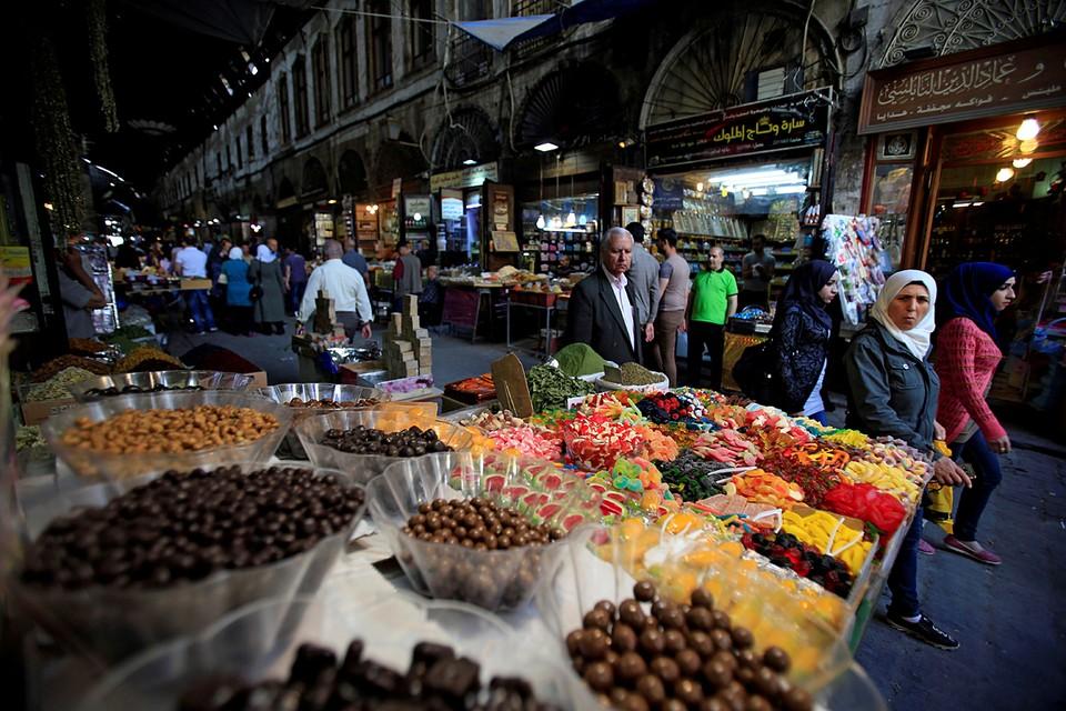 На севере Сирия продолжается военная операция против террористов. а в столице в Дамаске жители наслаждаются мирной жизнью