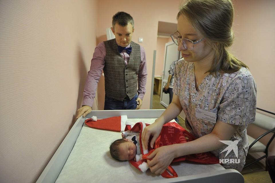 Выписка новорожденных детей из Екатеринбургского перинатального центра в подарочных, новогодних наборах