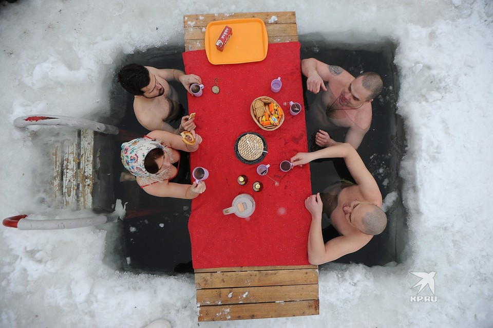 В Екатеринбурге праздник Крещения отметили... чаепитием в проруби.