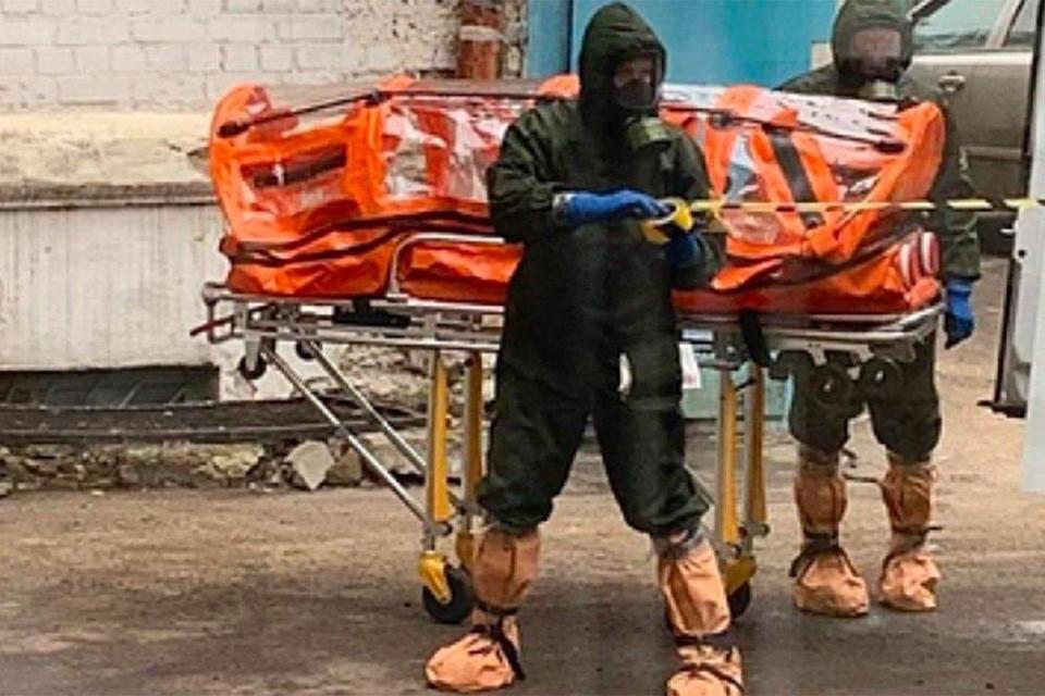 В соцсетях опубликовали кадры госпитализации одного из двух человек, попавших в больницу Воронежа с подозрением на коронавирус из Китая. Фото: BAZA