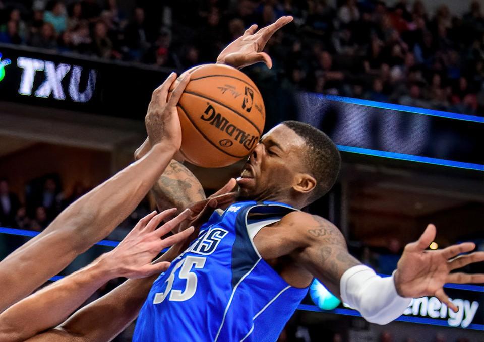 Защитник баскетбольного клуба Dallas Mavericks Делон Райт получил удар по лицу мячом во время второго тайма игры с клубом Atlanta Hawks.