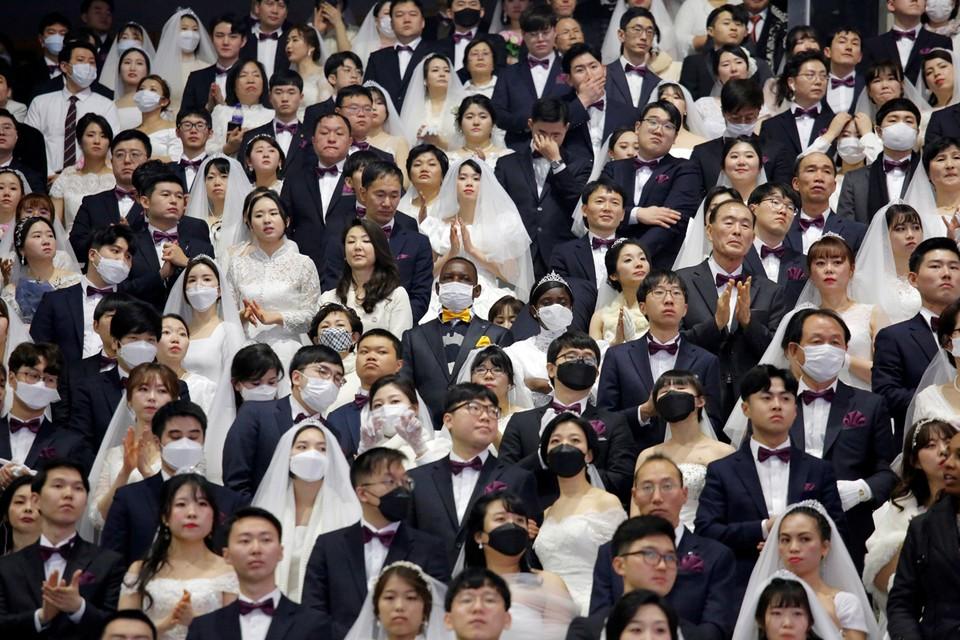 В Южной Корее, несмотря на угрозу коронавируса, прошла массовая свадьба. В церемонии участвовали около шести тысяч пар из 64 стран