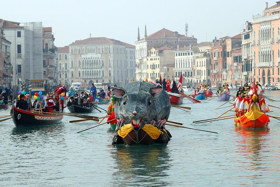 Венецианский карнавал в Италии открылся грандиозным водным парадом