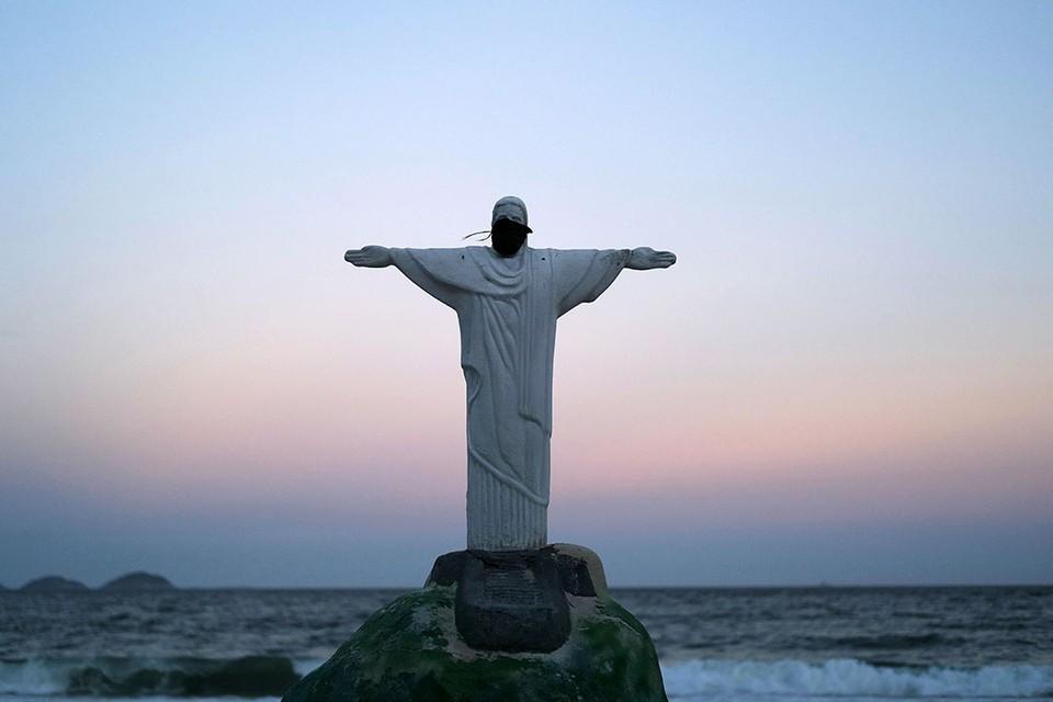 На статую Христа-Искупителя на пляже Копакабана в Бразилии, сделанную из песка, надели защитную маску.