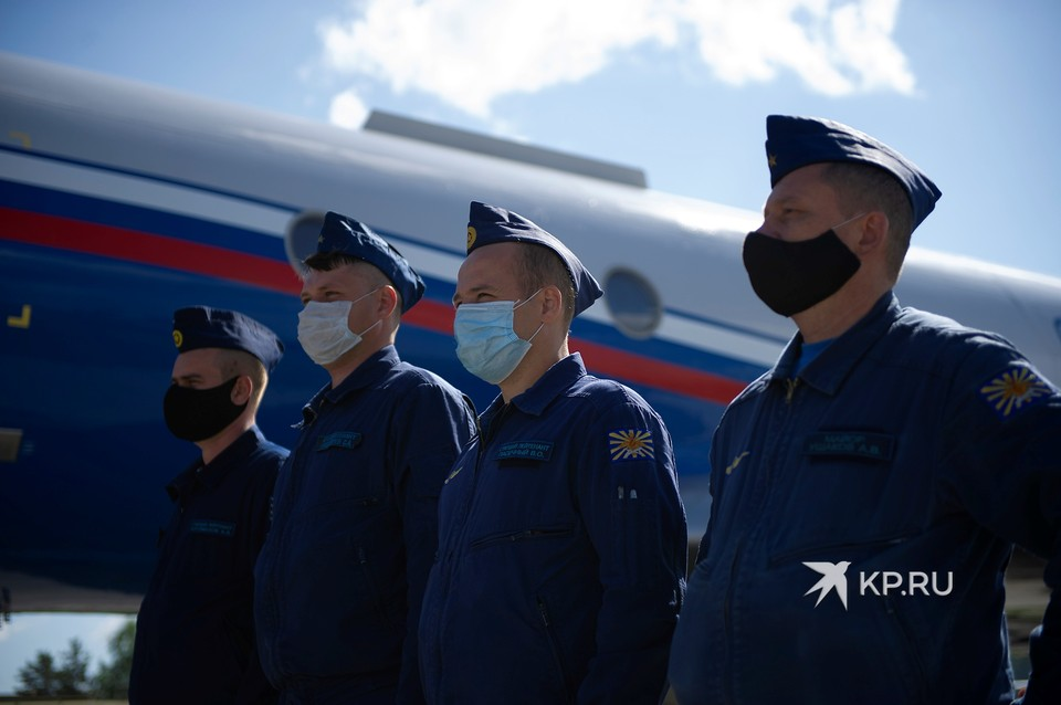 Портреты Бессмертного полка подняли на борт самолета Ту-134 УБЛ во время репетиции авиационной части парада Победы