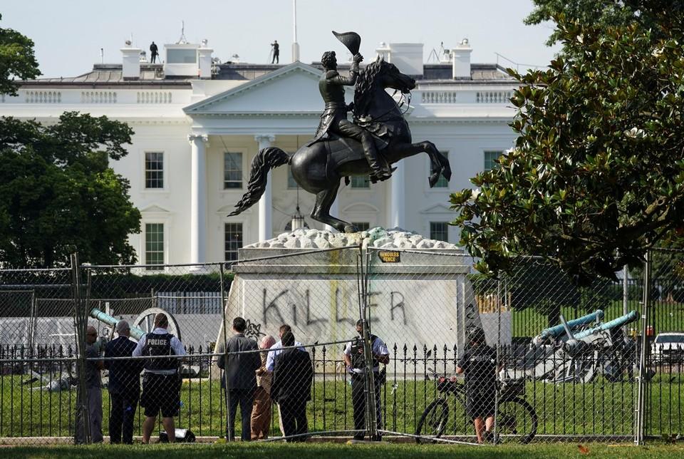 """Памятник президенту Джексону в столице США обезобразили надписью """"убийца""""."""