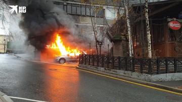 В Москве на Котельнической набережной загорелся автомобиль