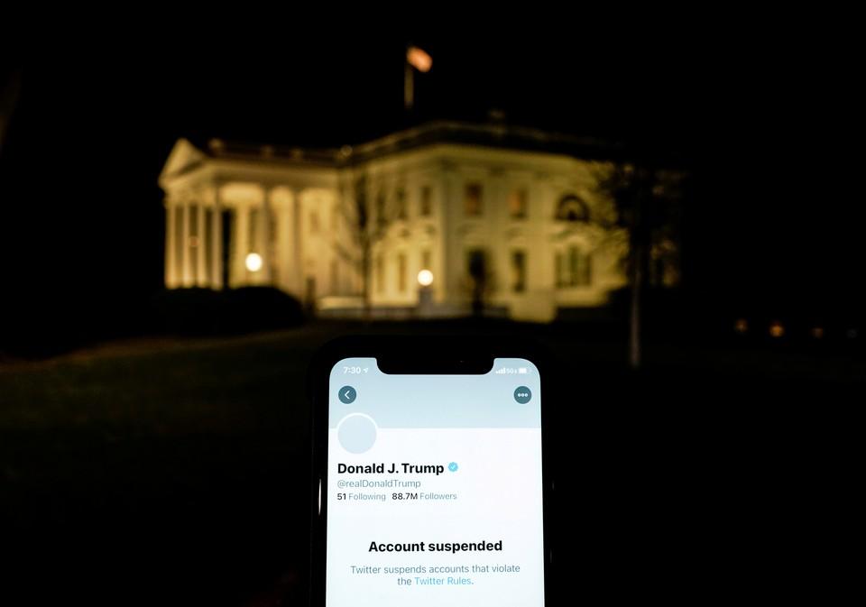 Компания Твиттер официально заблокировала учетную запись президента США Дональда Трампа.