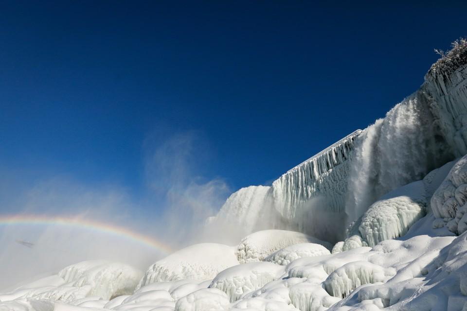 Замерзшее подножие Ниагарского водопада в Нью-Йорке