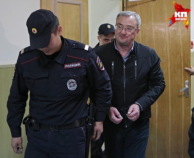 По версии следователей, Вячеслав Гайзер организовал преступное сообщество, в которое входили первые чиновники республики и бизнес-элита региона