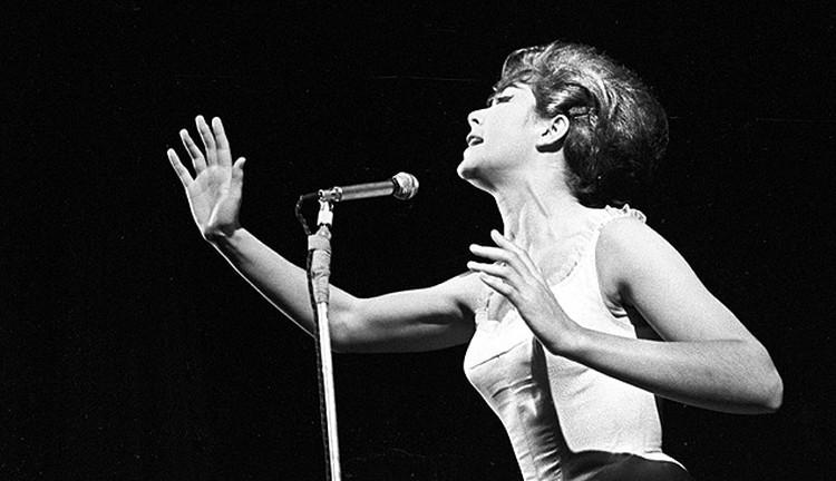 Выступление певицы Эдиты Пьехи в 1965 году.