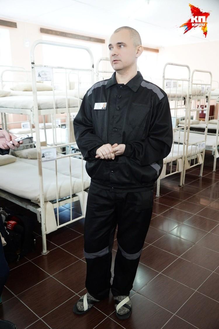 Дмитрий Лошагин встречает нас в домашних шерстяных носках и тапочках