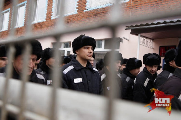 В строю Лошагин ничем не отличается от других заключенных