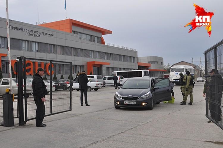Также обыскивали автомобили, которые выезжали с территории предприятия.