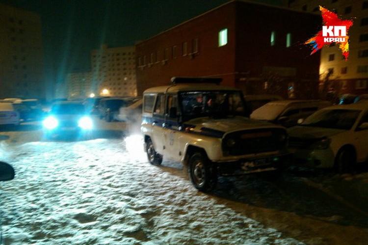 Полиция всю ночь работала на месте происшествия.