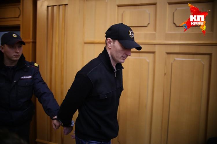 Андрей Самохвалов, по словам младшего брата, вечно тянул с семьи деньги из тюремной камеры