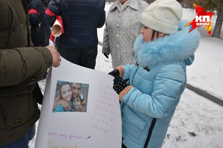 Более ста человек собрались в центре Новосибирска.