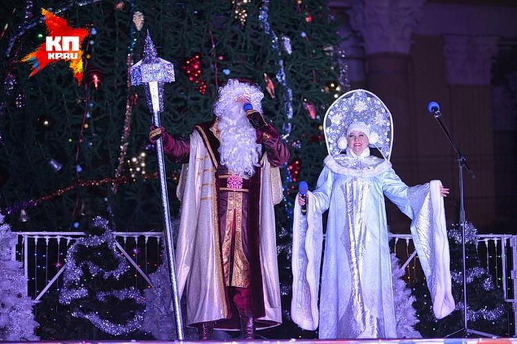 Зажечь новогоднюю елку Деду Морозу и Снегурочке помогали ставропольцы. Смотрите фоторепортаж.