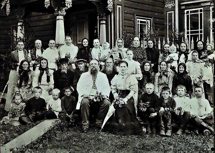 Бывший крепостной Мартьян Сазонов с семьей и домочадцами на крыльце того самого терема. Фото: архив Андрея Павличенкова.