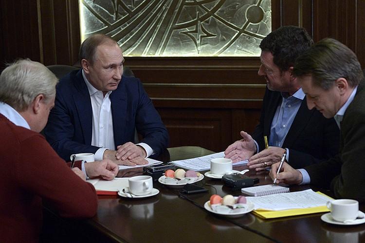 """Владимир Путин разговаривает с журналистами издательства Bild в сочинской резиденции """"Бочаров ручей""""."""