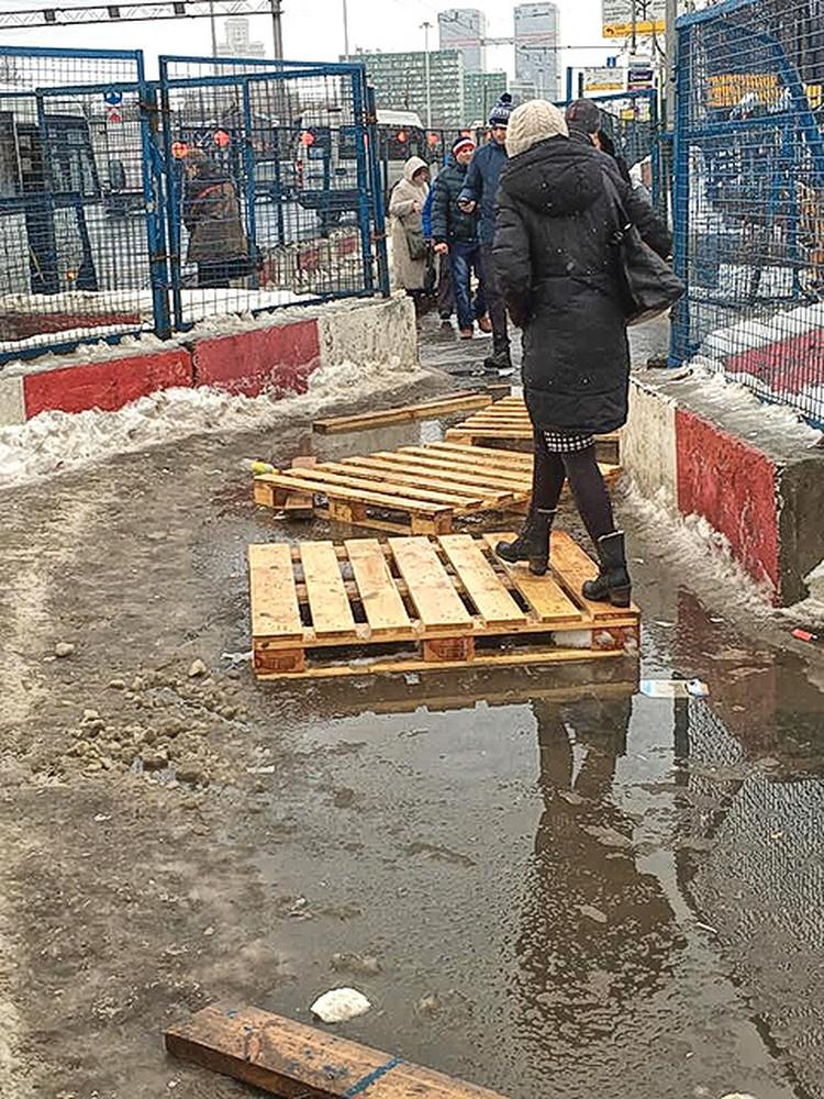 Передвижение по городу местами напоминает бег с препятствиями. Фото: Фейсбук Стасс Бабицкий