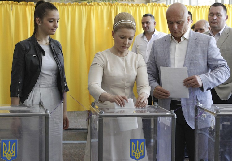 Двойной ободок и высокая прическа: видимо, стилисты Тимошенко решили слепить из нее греческую богиню. Фото: Valentyn Ogirenko /REUTERS.