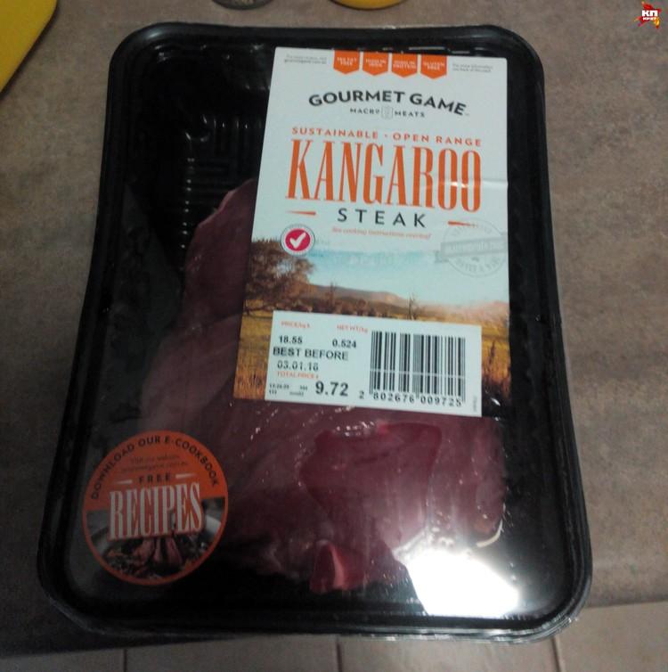 Стейки из кенгуру продаются с острым соусом. Фото: автора.