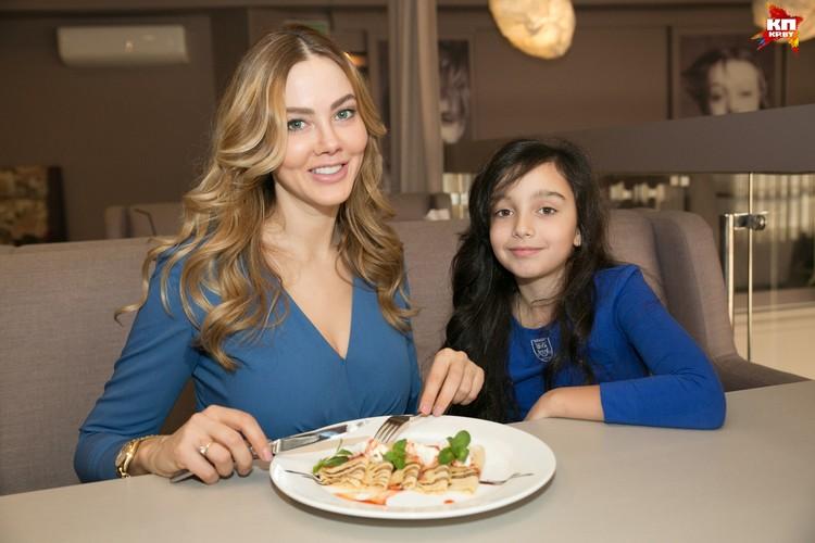 Придать правильную форму творогу Изабелле помог кружок керамики! Мама Ира теперь обещает взять у дочери уроки кулинарии.