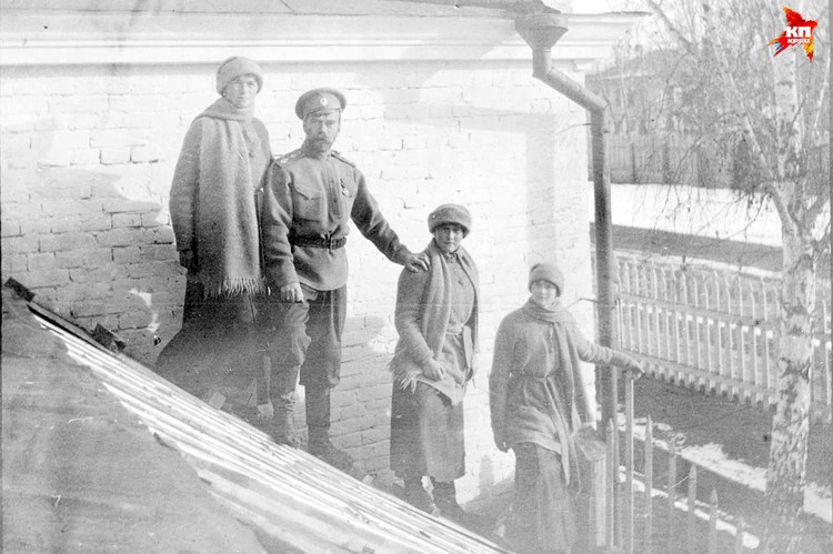 Николай II с дочерьми Ольгой, Анастасией и Татьяной в Тобольске зимой 1917 года. Фото: из фондов музея Монастыря в честь Святых Царственных Страстотерпцев в урочище Ганина Яма